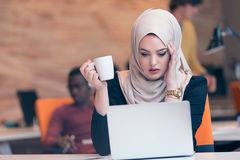 hijab-d-uso-arabo-della-donna-di-affari-lavorante-nell-ufficio-startup-79767033